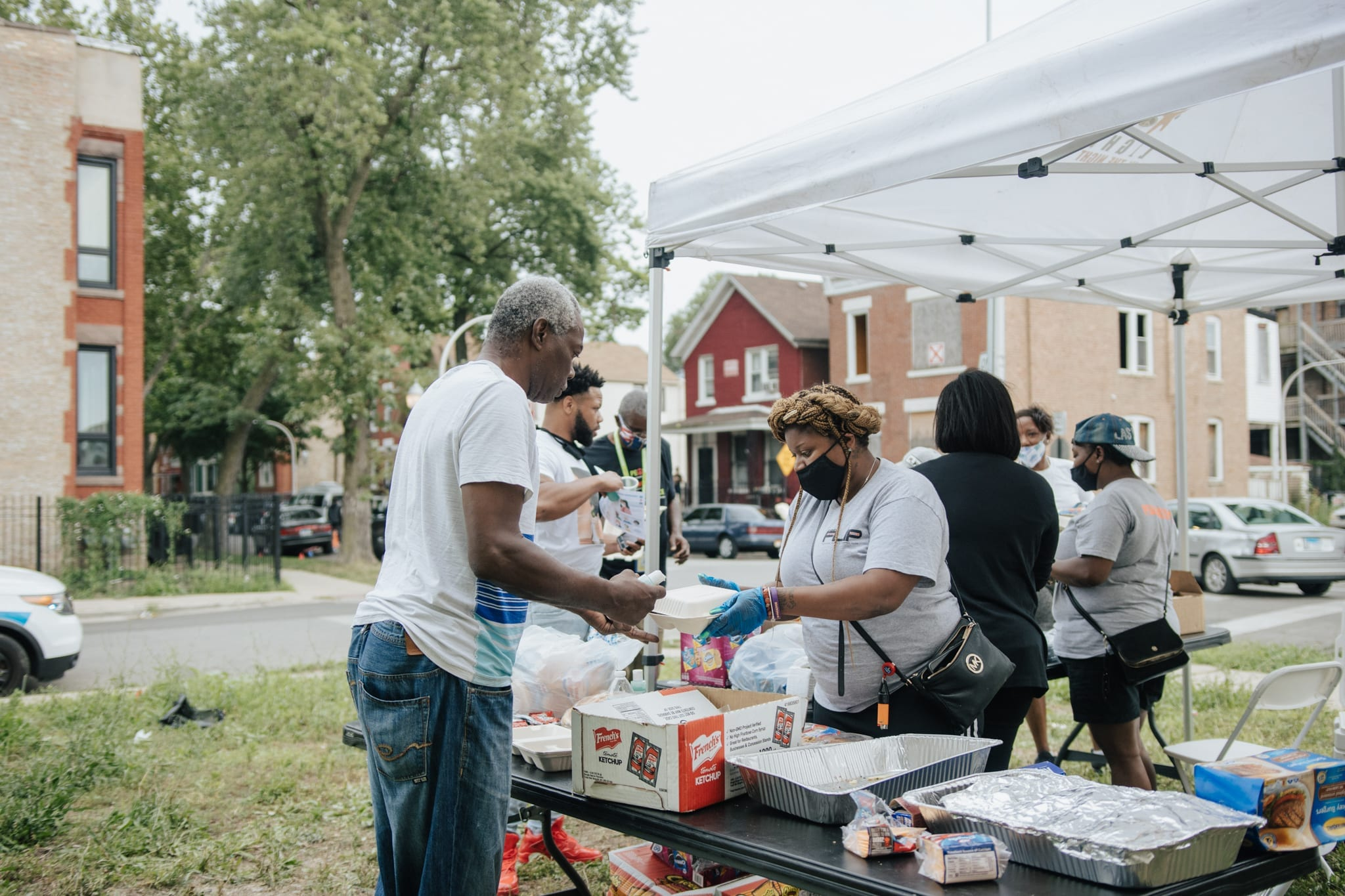 Violence prevention team organizes block party with neigbors in East Garfield Park